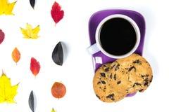Красочные листья падения и фиолетовая кофейная чашка с поддонником, ложкой изолированной на белой предпосылке Стоковая Фотография