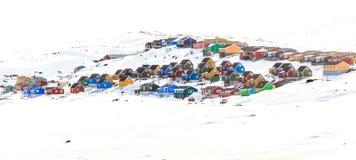Красочные кабины на холме предусматриванном в снеге, городе Aasiaat Стоковые Изображения