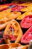 Красочные каное в канале Стоковая Фотография