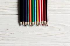 Красочные карандаши на белой деревенской деревянной предпосылке творческое bor стоковое фото rf