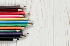 Красочные карандаши на белой деревенской деревянной предпосылке творческое bor стоковая фотография rf