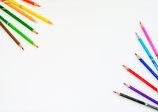 Красочные карандаши на предпосылке белой бумаги Скопируйте космос для текста стоковое фото rf