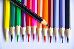 Красочные карандаши в стекле на белой предпосылке Стоковое Фото