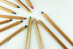 Красочные карандаши на белой бумаге стоковые изображения