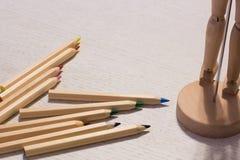 Красочные карандаши на таблице с марионеткой Стоковые Фото