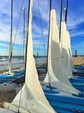 Красочные катамараны ветрила на пляже на карибском море Мексики стоковая фотография rf