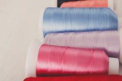 Красочные катышкы потока на конце деревянного стола вверх Стоковое Фото