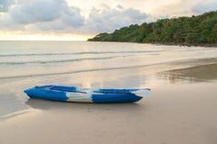 Красочные каяки на тропическом пляже, заходе солнца, Таиланде Стоковые Изображения RF