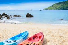Красочные каяки на тропическом пляже, пляж Yanui Стоковая Фотография RF