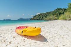 Красочные каяки на тропическом пляже, Thailand Стоковое Изображение