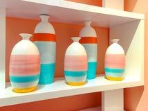 Красочные керамические вазы на полке Стоковое Изображение