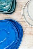 Красочные керамические плиты Поддержки для цветков на деревянной предпосылке Стоковое фото RF