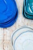 Красочные керамические плиты Поддержки для цветков на деревянной предпосылке Стоковые Изображения RF