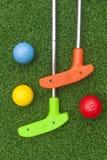 Красочные клубы и шарики удар, загоняющий мяч в лунку удар, загоняющий мяч в лунку Стоковая Фотография RF
