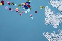 Красочные кнопки и бабочки шнурка, принятые с космосом экземпляра Стоковая Фотография