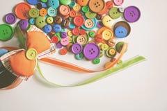 Красочные кнопки и смычок Стоковая Фотография