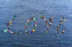 Красочные кнопки формируя слово 'влюбленность' Стоковое Фото