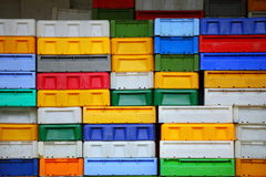 Красочные контейнеры пластичных клетей коробок для рыб Стоковые Изображения RF
