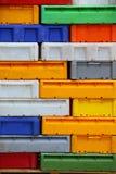 Красочные контейнеры пластичных клетей коробок для рыб Стоковая Фотография