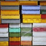 Красочные контейнеры пластичных клетей коробок для рыб Стоковое Фото