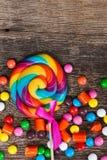 Красочные конфеты на древесине Стоковые Фото