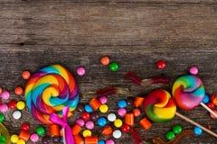 Красочные конфеты на древесине Стоковое Изображение