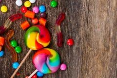 Красочные конфеты на древесине Стоковые Изображения RF