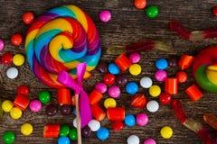 Красочные конфеты на древесине Стоковое Изображение RF