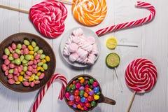 Красочные конфеты шоколада, леденцы на палочке, тросточка конфеты и зефиры Стоковые Фотографии RF