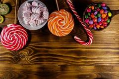 Красочные конфеты шоколада, леденцы на палочке, тросточка конфеты и зефиры Стоковые Изображения