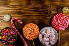 Красочные конфеты шоколада, леденцы на палочке, тросточка конфеты и зефиры Стоковое Фото