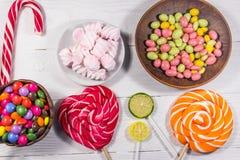Красочные конфеты шоколада, леденцы на палочке, тросточка конфеты и зефиры Стоковое Изображение RF