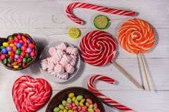 Красочные конфеты шоколада, леденцы на палочке, тросточка конфеты и зефиры Стоковое фото RF