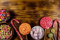 Красочные конфеты шоколада, леденцы на палочке, тросточка конфеты и зефиры Стоковая Фотография RF