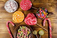Красочные конфеты шоколада, леденцы на палочке, тросточка конфеты и зефиры Стоковые Фото