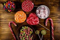 Красочные конфеты шоколада, леденцы на палочке, тросточка конфеты и зефиры Стоковое Изображение