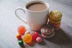 Красочные конфеты, macaroons и какао Стоковое Изображение