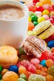 Красочные конфеты, makaroons и какао Стоковое Фото