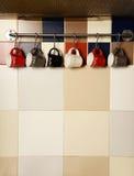 Красочные кофейные чашки на крюках Стоковая Фотография RF