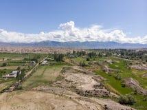 Красочные красные горные породы каньона сказки Skazka Средняя Азия Кыргызстана озера Issyk-kul Всход Dron Arial стоковые изображения rf