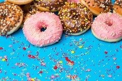 Красочные круглые donuts на голубой предпосылке Стоковое фото RF