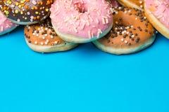 Красочные круглые donuts на голубой предпосылке Стоковое Изображение RF