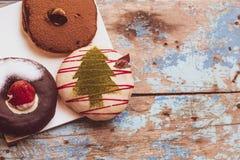 Красочные круглые donuts на покрашенной деревянным столом голубой идее партии предпосылки стоковая фотография