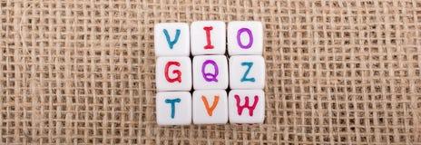 Красочные кубы письма алфавита на холсте Стоковые Фотографии RF
