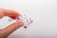 Красочные кубы письма алфавита в руке Стоковое Изображение RF