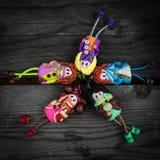 Красочные куклы на деревянном столе Стоковое Изображение
