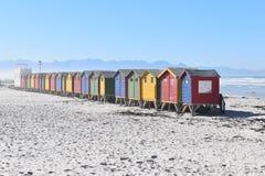 Красочные купая кабины на пляже в Muizenberg в Кейптауне, Южной Африке стоковые фотографии rf