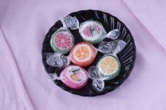 Красочные леденцы на палочке и различная покрашенная конфета плодоовощ круглая в wr Стоковое Изображение RF