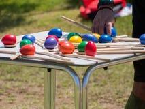 Красочные ложки яичка и деревянных на таблице для конкуренции баланса Стоковое Изображение RF