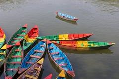 Красочные маленькие лодки на озере Phewa в Pokhara, Непале стоковое изображение rf